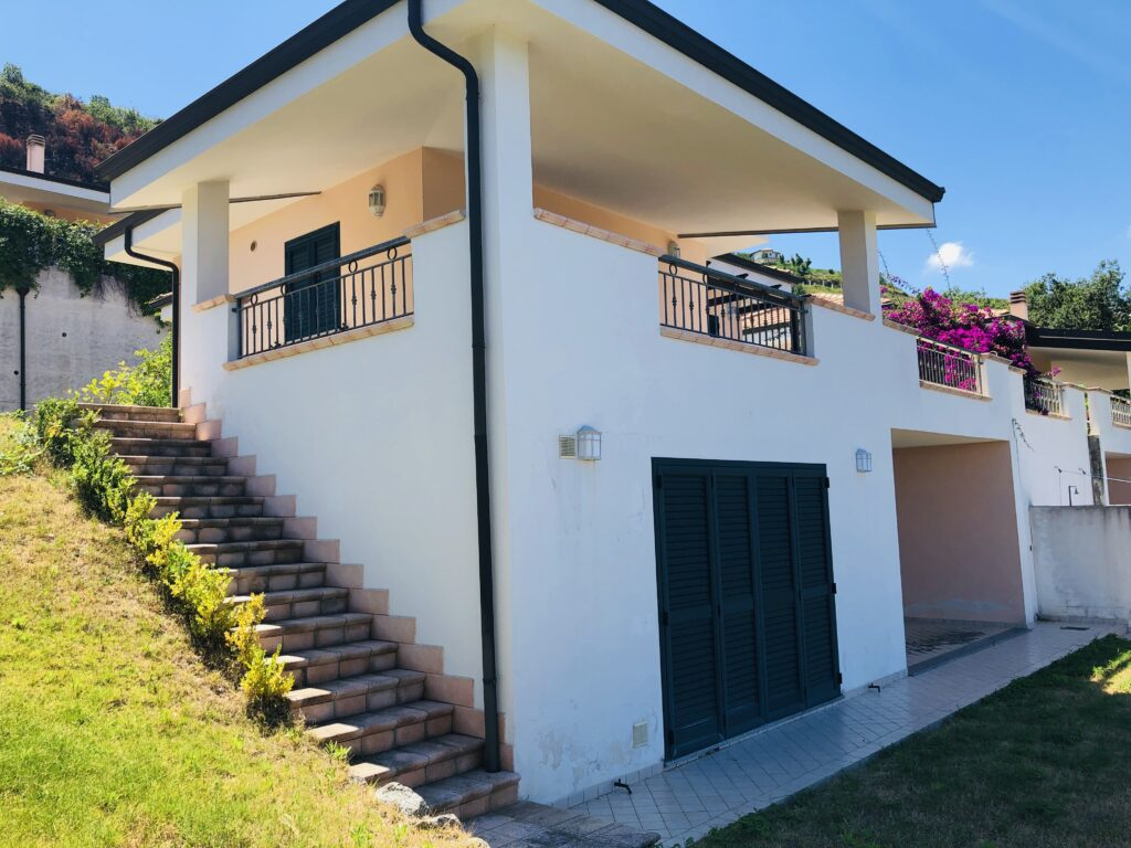 PRIVATE VILLA ZAMBRONE – LARGE HOUSE ON 2 LEVELS WITH MULTIPLE TERRACES